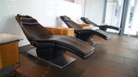 Chaises vides dans un salon de première classe à l'aéroport Image stock