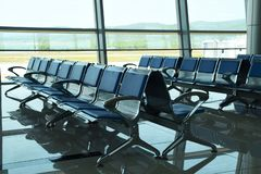 Chaises vides sur le terminal d'aéroport photo stock