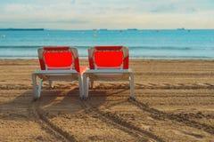 Chaises vides sur une plage sablonneuse Photos libres de droits