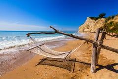 Chaiseslongues på stranden Arkivbild