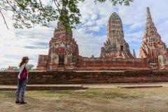 Chaiwattanaram寺庙游人参观的废墟砖寺庙在阿尤特拉利夫雷斯历史公园,泰国 免版税库存图片