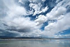 Chaka saltdam, i den Qinghai provicen av Kina Arkivfoton