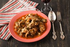 Chakhokhbili - chiken le ragoût avec le persil de cilantro en sauce tomate dans une cuvette d'argile, plat traditionnel de la cui Photos stock