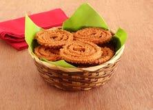 Chakli Indische Smakelijke Snack op een Banaanblad in een Mand royalty-vrije stock afbeeldingen