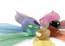 Chakra-Kristalle auf skeleton Blättern Lizenzfreie Stockfotos