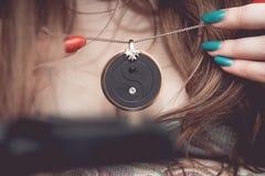 Chakra medalionu obwieszenie na kobiety ` s piersiach Zdjęcie Stock
