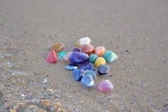 Chakra stenar på våt sand Arkivbilder