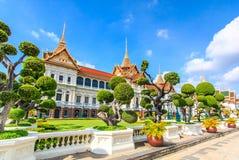 Chakri Maha Prasat eller kunglig storslagen slott Royaltyfri Bild