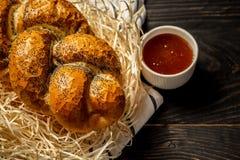 Chalá marrom do pão judaico tradicional no fundo de madeira preto com mel conceito da culinária judaica Um grupo da tabela para S foto de stock royalty free
