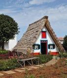 Chalé Cosy com um telhado thatched triangular Fotos de Stock Royalty Free