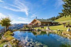 Chalé da montanha com a lagoa da natação nos cumes Foto de Stock