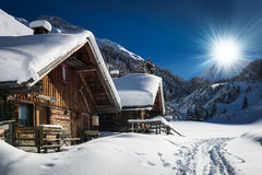 Chalé e cabine do esqui do inverno na montanha da neve