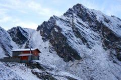 Chalé perto do lago Balea cercado por montanhas Imagem de Stock