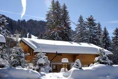 Chalé suíço no inverno fotografia de stock