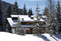 Chalé suíço no inverno fotos de stock royalty free