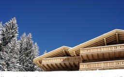Chalé suíço no inverno Fotos de Stock