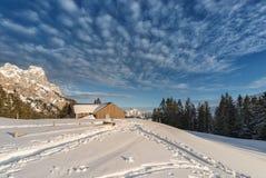 Chalé com neve na montanha austríaca Imagens de Stock