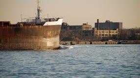 Chaland accouplé au port de Detroit images stock