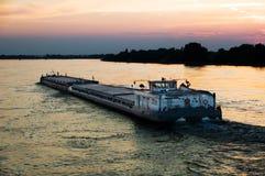 Chaland au coucher du soleil Image stock