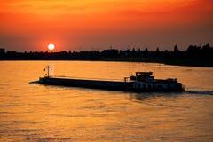 Chaland au coucher du soleil Photo stock