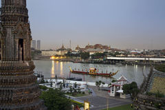 Chaland et temple royaux, Bangkok, Thaïlande Image stock