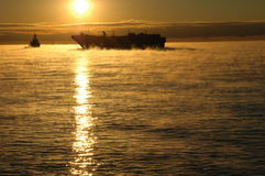 Chaland fantomatique sur les eaux froides Photos stock