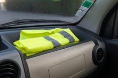 Chaleco amarillo en un coche del tablero de instrumentos en protesta contra aumentos del impuesto foto de archivo libre de regalías