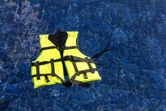 Chaleco de vida que flota en piscina Fotografía de archivo