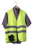 Chaleco y camisa de la visibilidad en una suspensión de madera fotografía de archivo