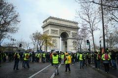 Chalecos amarillos - protestas de los jaunes de Gilets - manifestante delante de Arc de Triomphe en Champs-Elysees imagen de archivo libre de regalías