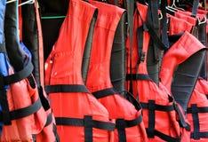 Chalecos salvavidas rojos Fotos de archivo libres de regalías