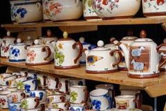 Chaleira, coloridas à moda com desenhos do diference, a chaleira feito à mão e o copo de chá com drawning agradável Imagens de Stock