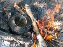 Chaleira com água de ebulição em um incêndio aberto fotos de stock royalty free