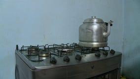 Chaleira de alumínio em um fogão do Multi-queimador, Bolívia filme