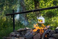 Chaleira de chá branca sobre a fogueira imagens de stock royalty free