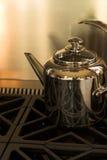 Chaleira de chá do cromo imagem de stock royalty free