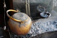 Chaleira do estilo antigo no fogo em Marrocos Imagem de Stock
