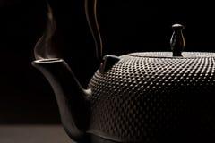 Chaleira do ferro fundido com fumo. Foto de Stock