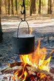 Chaleira do turista sobre o fogo do acampamento Imagens de Stock Royalty Free