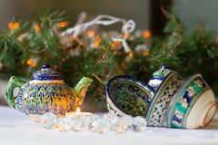 Chaleira e bacias, pratos tajiques, decorações do Natal, velas imagem de stock royalty free