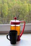 Chaleira e caneca de chá na soleira home Imagem de Stock Royalty Free