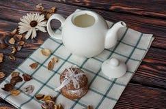Chaleira e cookies no fundo de madeira Fotos de Stock Royalty Free