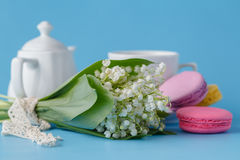 Chaleira e copos com flores da mola Fotos de Stock