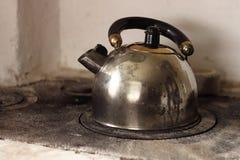 A chaleira está fervendo no fogão da lenha Foto de Stock