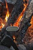 Chaleira no carvão vegetal, logs ardentes Fotos de Stock Royalty Free