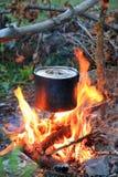 Chaleira no fogo do acampamento do turista Fotografia de Stock Royalty Free