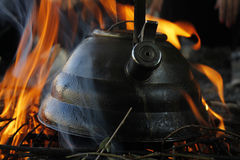Chaleira no fogo em um acampamento Fotografia de Stock