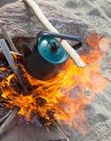 Chaleira no incêndio imagens de stock royalty free