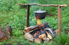 Chaleira (potenciômetro) na fogueira. Foto de Stock Royalty Free