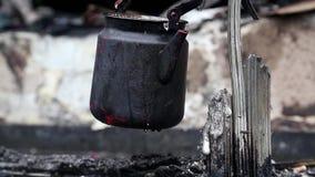 Chaleira preta em ruínas carbonizadas na construção queimada video estoque